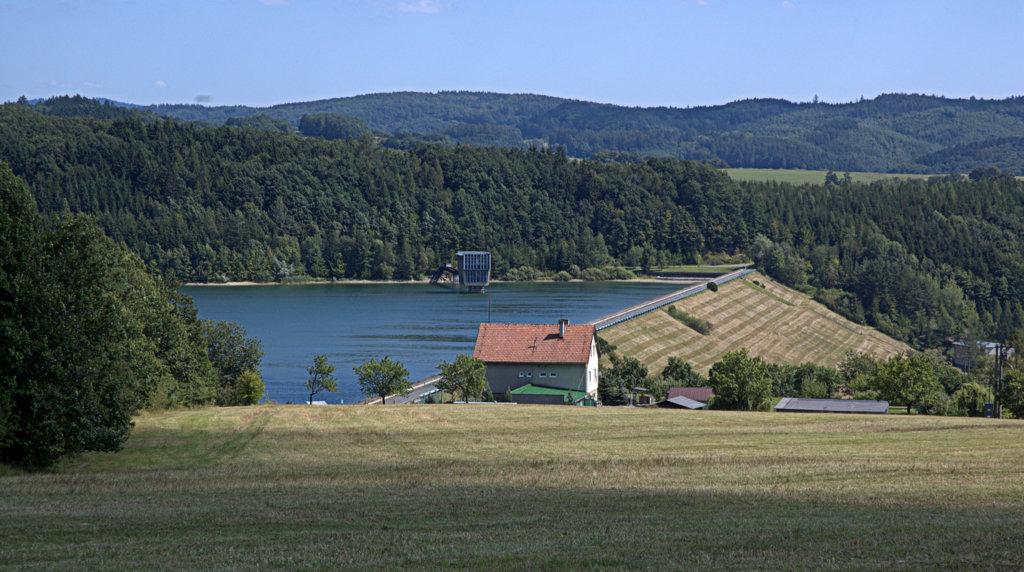 Vodní nádrž Slušovice na řece Dřevnici.