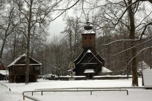 Kostelík v Dřevěném městečku je volnou kopií kostelíka z Větřkovic u Příbora, který vyhořel roku 1887.